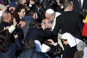 VA104 VATICANO (VATICANO) 19/03/2013.- El nuevo papa Francisco besa a un discapacitado durante la misa solemne de inicio de su pontificado hoy, martes 19 de marzo de 2013. La solemne misa de inicio de pontificado de Francisco ha comenzado en el interior de la Basílica de San Pedro, a la que ha entrado el nuevo pontífice para orar ante la tumba del Apóstol. EFE/ Valdrin Xhemaj